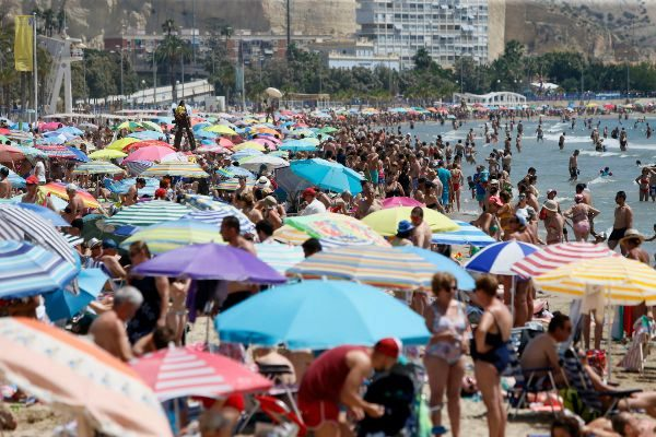 Aspecto que presentaba la alicantina playa de El Postiguet el pasado mes de junio.