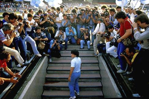Maradona a su llegada a Nápoles en 1984.