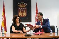 Isabel Díaz Ayuso (PP) e Ignacio Aguado (Cs) en la firma del acuerdo.