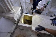 Tareas de exhumación en una de las tumbas de las princesas alemanas.