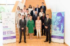 La consejera Arantxa Tapia con su equipo y representantes de las entidades colaboradoras en las becas Global Training.