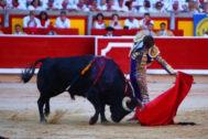 Largo natural de El Juli al quinto toro de Victoriano del Río, este jueves, en Pamplona.