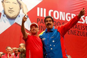 Nicolás Maduro abraza a Hugo Carvajal en un congreso del PSUV en 2014.