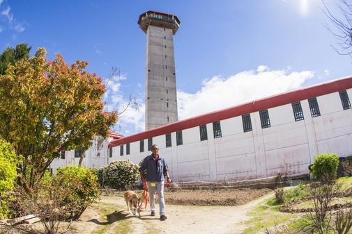 Emilio, preso en la prision de Valdemoro, es uno de los encargados del...