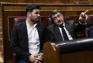 Aitor Esteban le hace una indicación a Gabriel Rufián en el pleno del Congreso.