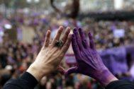 Una mujer hace el gesto del feminismo en Bilbao.
