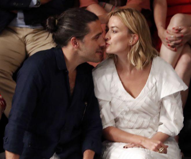 Marta Ortega se besa con Carlos Torretta durante el desfile de su suegro