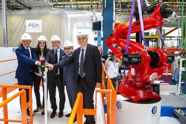 Autoridades y ejecutivos de FCA en la instalación del primer robot en la cadena de producción del Fiat 500 eléctric en la planta de Mirafiori.