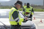 Agentes de la Guardia Civil de Tráfico en la carretera N-120, Burgos.
