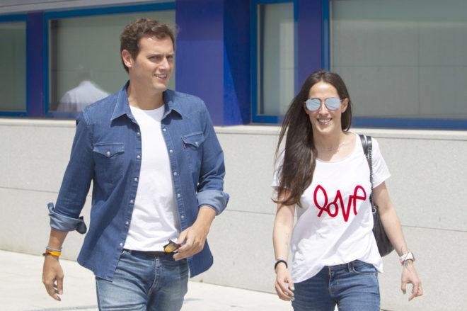 Rivera abandona el hospital acompañado de su novia, la cantante Malú.
