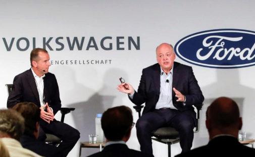 Herbert Diess, consejero delegado del Grupo Volkswagen y Jim Hackett,...