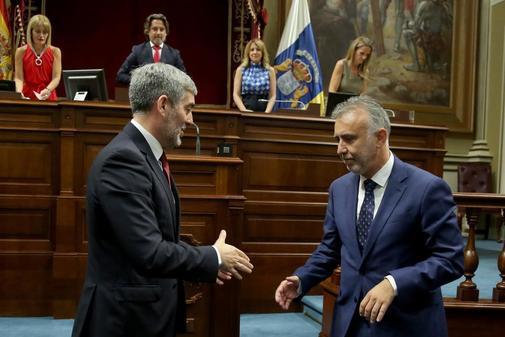 El ex presidente Fernando Clavijo saluda a su sucesor Ángel Víctor Torres