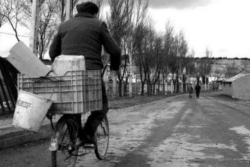 Un hombre, llegando en bici a Piña de Esgueva, en Valladolid.