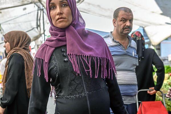 Una mujer siria refugiada camina por el bazar de Estambul.