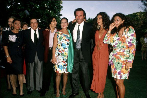El cantante Julio Iglesias y la cantante Lola Flores y su familia