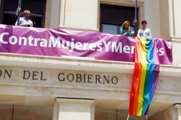 La subdelegada del Gobierno en Alicante, Araceli Poblador, y la vicepresidenta de Diversitat, María Pérez Sarmiento, este viernes en el balcón en la Subdelegación.