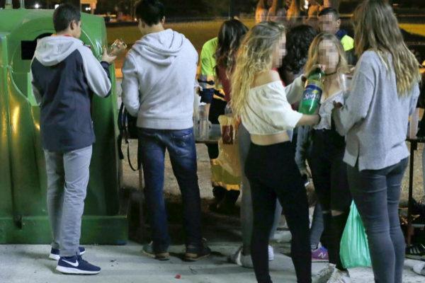 Varios jóvenes en medio de un botellón en una calle de Madrid.