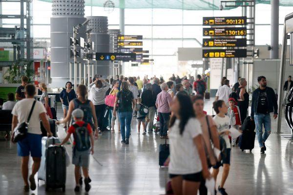 Entrada a la terminal de salidas del aeropuerto de Alicante, en imagen de archivo.