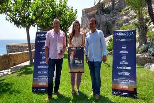 Amaia acude a presentar el festival junto al alcalde de Peñíscola.