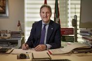 El socialista Alfonso Gil en su despacho de Bilbao.