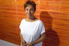 María Aranguren posa ante una de sus obras en el ECAde Riba-Roja.