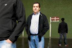 Tomás Okeranza en su etapa como concejald el PP en el Ayuntamiento de Orozko junto a sus escoltas.