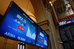 Cotización del Ibex 35 desde el Palacio de la Bolsa en Madrid.