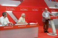 Los líderes socialistas Jaume Collboni, Josep Borrell y Miquel Iceta esta mañana en la sede del PSC durante la clausura de la Escuela de Verano.