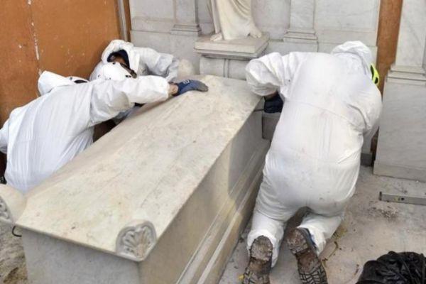 La apertura de las tumbas en el Vaticano, este jueves.