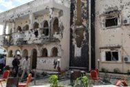 Restos del popular hotel Medina en Kismayo tras el ataque.