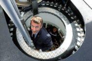 El presidente francés, Emmanuel Macron, sale del submarino nuclear francés 'Suffren' en Cheburgo.