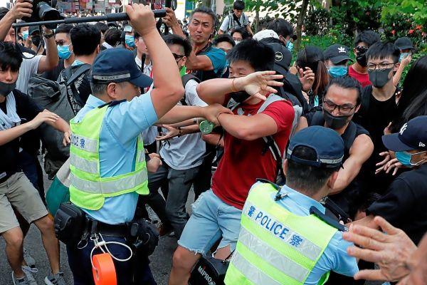 La Policía de Hong Kong carga contra los manifestantes en Sheung Shui, una localidad cercana a la frontera con China.