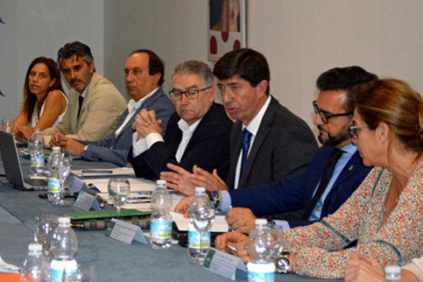 Juan Marín en compañía de representantes empresariales y sindicales.