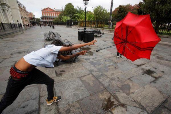 -FOTODELDIA- EPA7743. <HIT>NUEVA</HIT> <HIT>ORLEANS</HIT> (ESTADOS UNIDOS), 12/07/2019.- Un hombre en el Barrio Francés juega con su paraguas debido a los vientos producidos por la proximidad de la tormenta tropical Barry este viernes, en <HIT>Nueva</HIT> <HIT>Orleans</HIT>, Louisiana (EE.UU.). Se prevé que la tormenta toque tierra como un huracán de categoría 1.