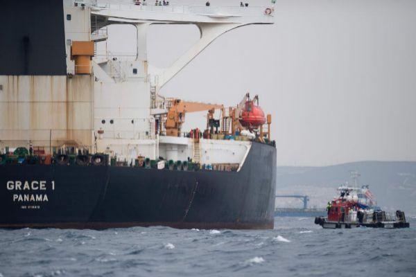 """Una embarcación se aproxima al petrolero 'Grace1"""", en una imagen tomada el 6 de julio frente a Gibraltar."""