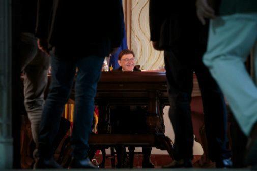 Ximo Puig preside el pleno del Consell en uno de los salones del Palau de la Generalitat.