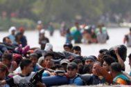 Un grupo de migrantes centroamericanos cruza el río Suchiate, frontera natural entre Guatemala y México.