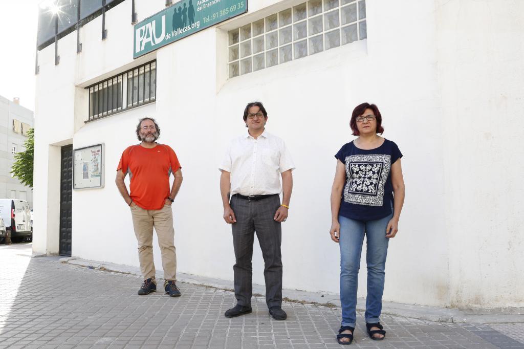 Quique Villalobos, presidente de la FRAVM, con dos vecinos del Ensanche de Vallecas.