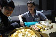 Maitane comparte con su madre, Oiane, una pizza en uno de los apartamentos de la AECC tras recibir el alta en La Fe.