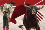El toro 'Tinajón' sale de la muleta de José Garrido en un pase por alto este sábado en Pamplona.