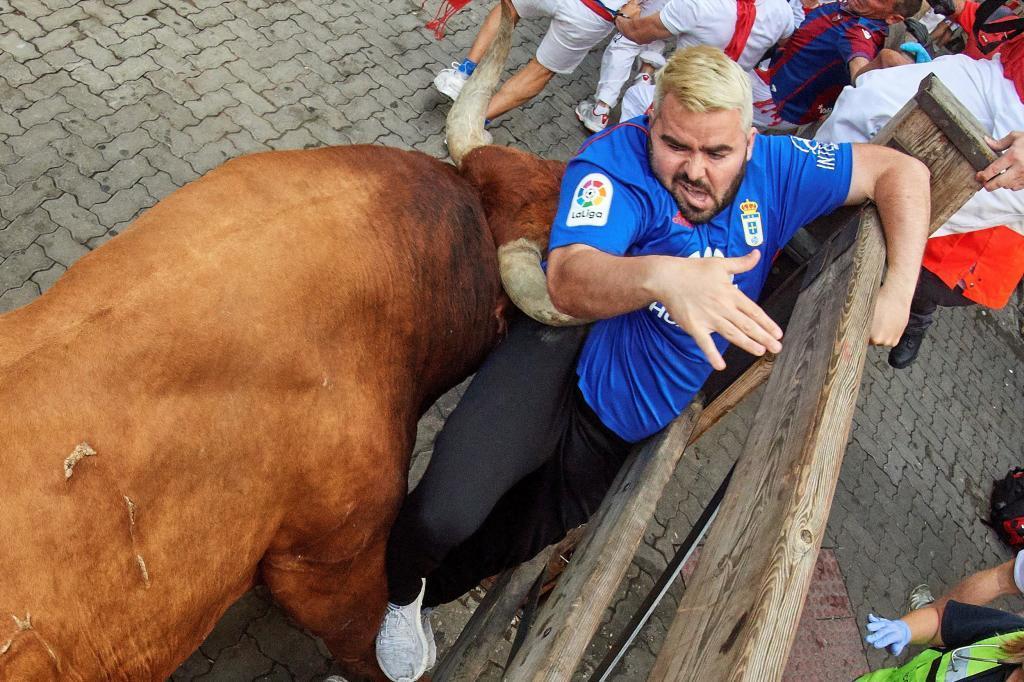La carrera ha finalizado con tres heridos por asta de toro y uno contusionado. En la imagen uno de los mozos que ha sido corneado en la axila en el tramo de Telefónica por Rabanero, el toro que ha protagonizado el encierro.