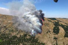 La altitud y el viento complican la extinción del incendio en Sotillo de la Adrada