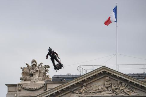 El 'hombre volador' que visibiliza la fuerza militar de Francia