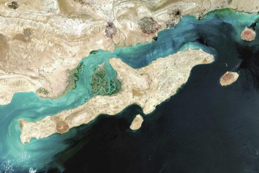 Imagen tomada desde satélite del estrello de Ormuz y la isla de Qeshm.