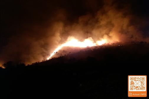 Las llamas avanzan anoche por el término municipal de Terque (Almería). Información actualizada escaneando el código QR.