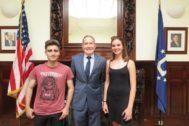Los estudiantes catalanes Miquel Belda y Noah Vendrell con el Consul general dels Estats Units en Barcelona, Robert Riley.