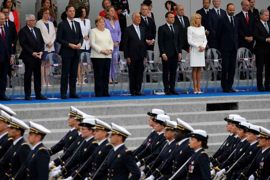 Dirigentes europeos, sin Sánchez, durante el desfile militar del domingo en París.