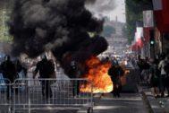 La policía carga contra integrantes de los chalecos amarillos en los Campos Elíseos, en París.