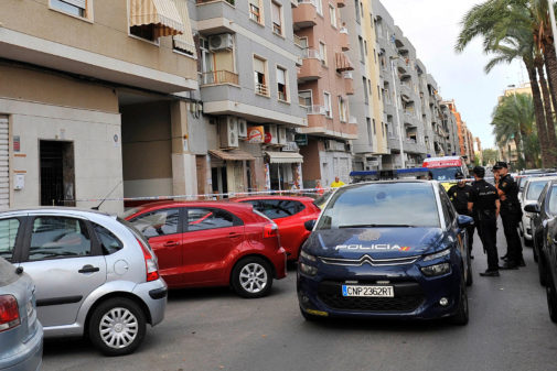 Varios agentes de la Policía custodian el garaje en el que se cometió el crimen.