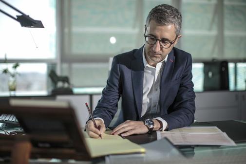 El conseller de Política Territorial, Arcadi España, trabajando en su despacho.
